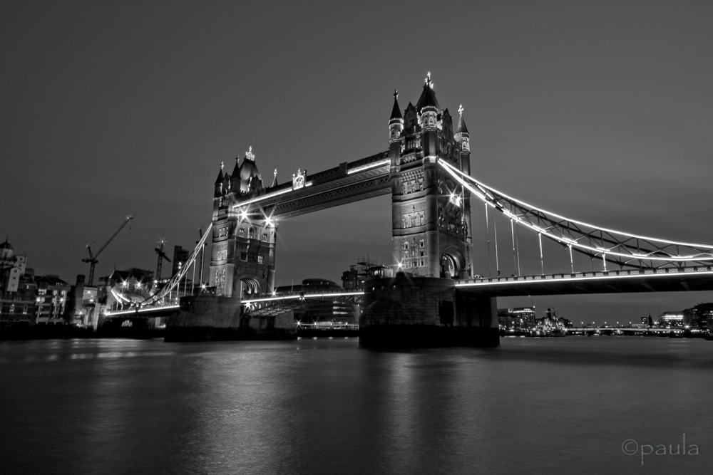 tower bridge night_b&w