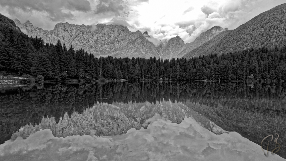 fusine_monochrome_potpis_zoomed in