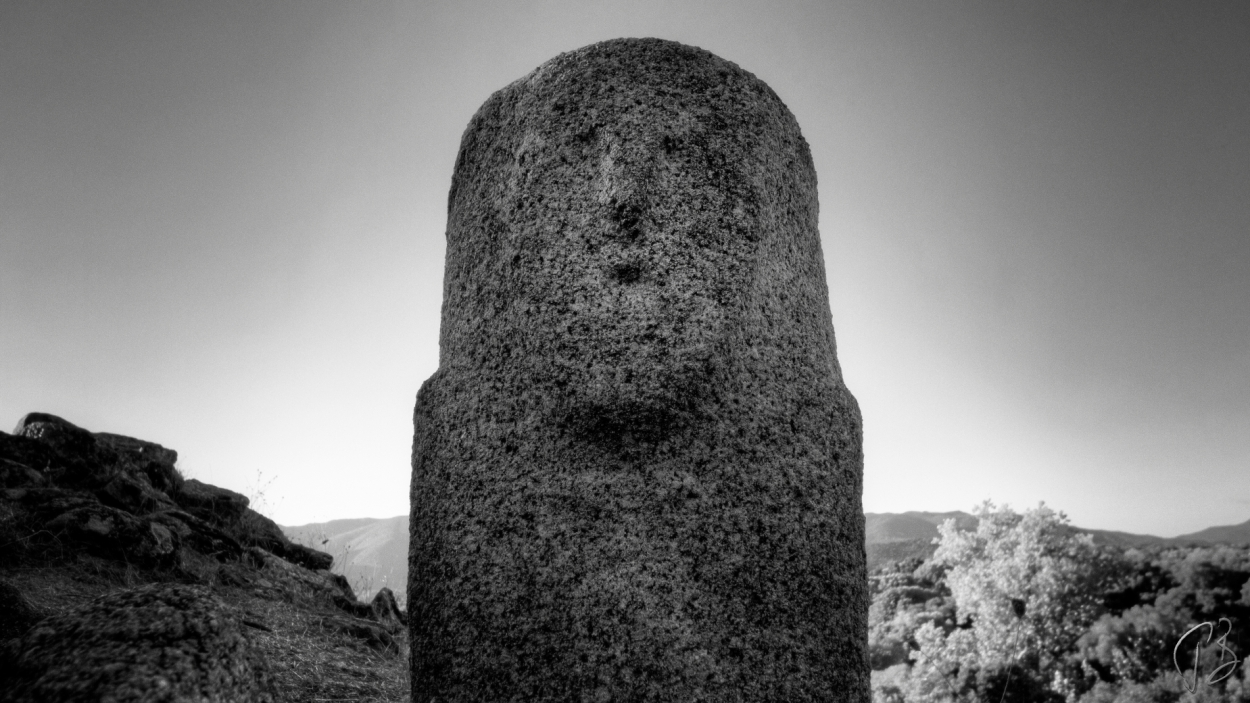 filitosa-menhir-bw-treci-1_potpis_scale